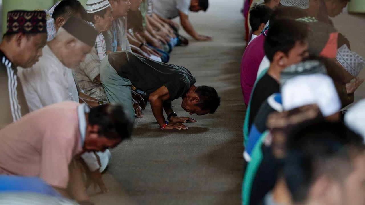 Musulmanes rezando en el comienzo del mes de Ramadán