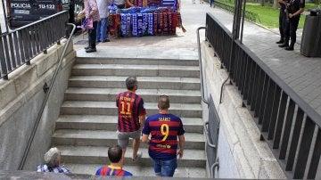 Aficionados del Barcelona, saliendo del metro de Pirámides en Madrid