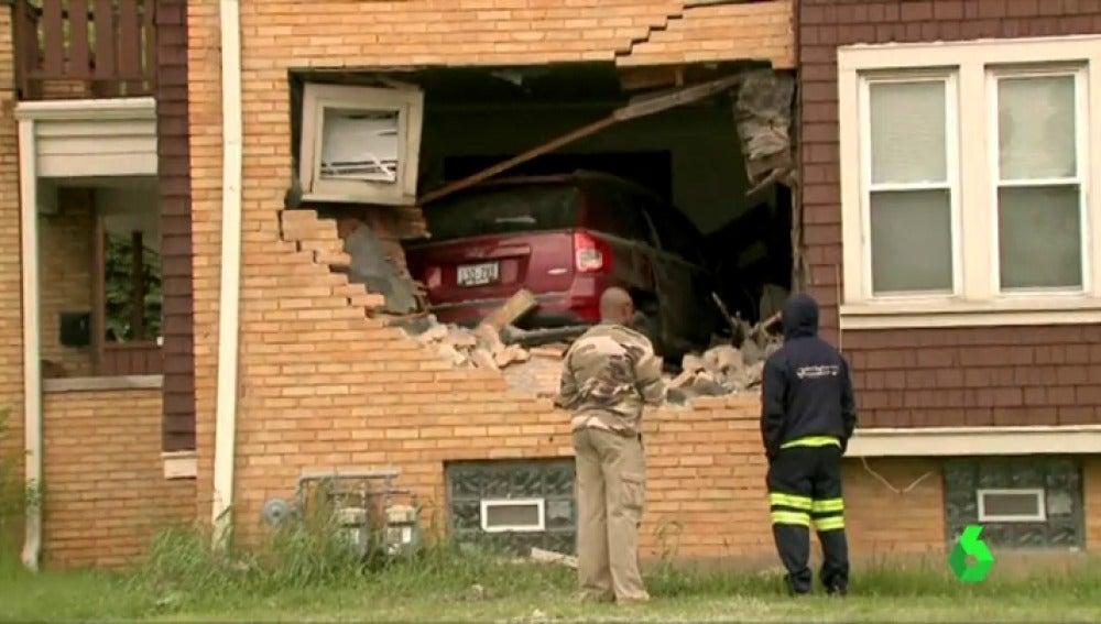 El coche empotrado en la primera planta de la casa de Wisconsin