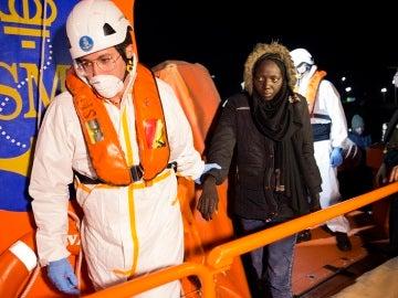 Inmigrantes de origen subsahariano llegan al puerto de Motril tras ser rescatados por Salvamento Marítimo cerca de la Isla de Alborán