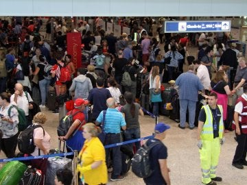 Largas colas y pasajeros atrapados en los aeropuertos tras la caída del sistema de British Airways