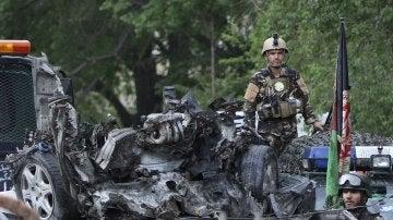 Miembros de las Fuerzas de Seguridad afganas inspeccionando el lugar donde se produjo otro atentado