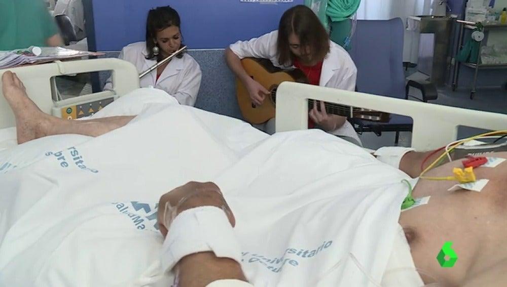 Músicos de Música en Vena participando en el proyecto