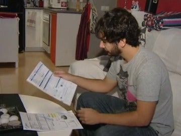 Un joven analiza al detalle sus facturas