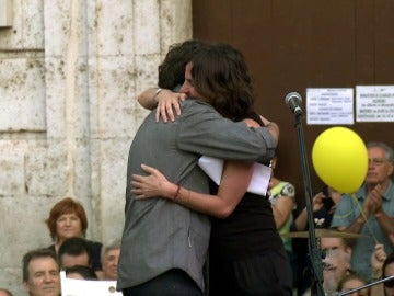 Jordi Évole abraza a Beatriz Garrote