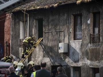 Imagen de archivo de los bomberos trabajando en una casa incendiada