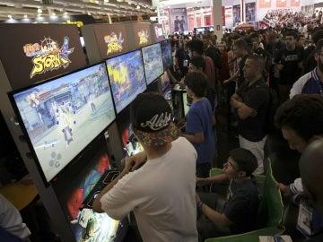Jóvenes participan en una feria de juegos electrónicos.