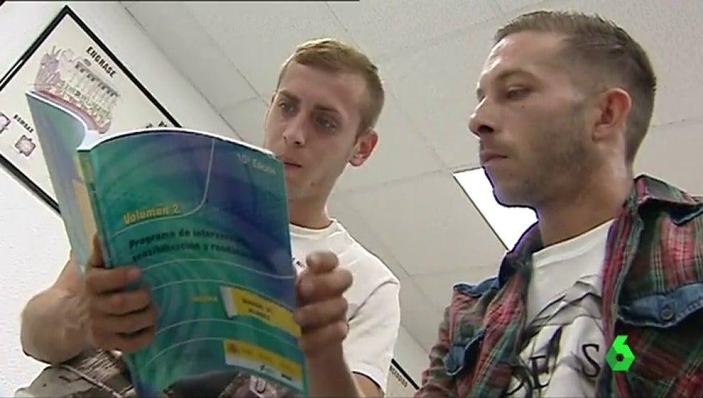 Dos alumnos en el curso de reincidentes de una autoescuela