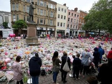 Un grupo de personas frente al memorial por las víctimas del atentado en Mánchester (Archivo)