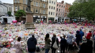 Un grupo de personas frente al memorial por las víctimas del atentado en Mánchester