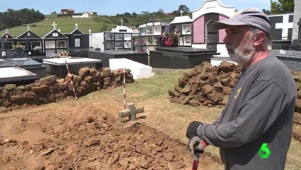 Uno de los forenses durante las tareas de exhumación de los restos
