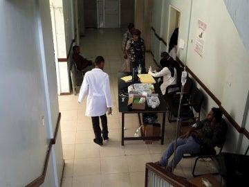 Médicos atienden a enfermos de cólera en un hospital en Saná, Yemen