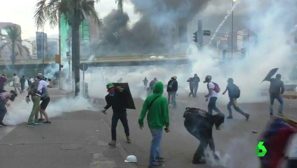 Gases lacrimógenos y cañones de agua en la manifestación de Caracas