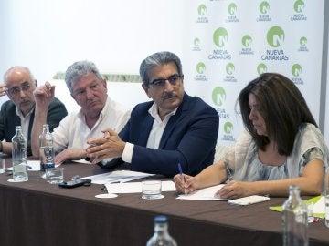 El presidente de Nueva Canarias (NC), Román Rodríguez (2-d), junto a Antonio Morales, Pedro Quevedo y Carmen Hernández (i-d), durante la Ejecutiva Nacional