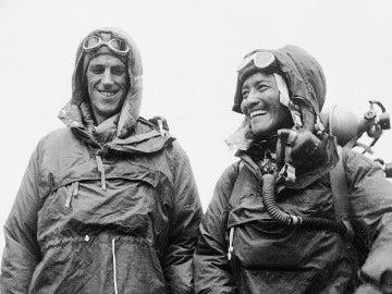 Edmund Hillary y Tenzing Norgay, primeros escaladores en coronar el Everest