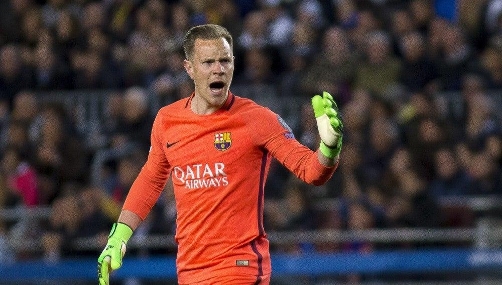 Ter Stegen protesta una acción durante un partido con el Barça
