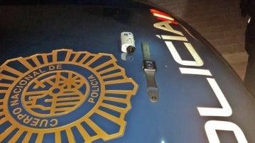 Una cámara y un reloj, los objetos que la Policía intervino al detenido