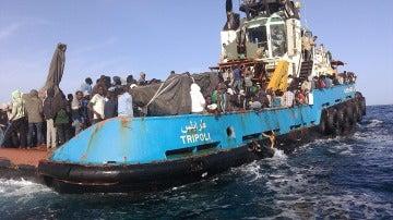 Guardacostas libios rescatan a 470 inmigrantes a la deriva en el Mediterráneo