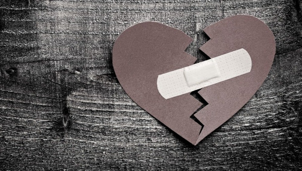 Imagen de un corazón roto pegado con una tirita