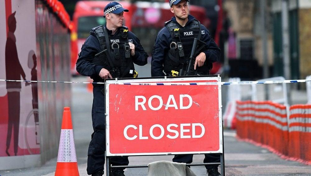 La Policía británica hace guardia en la zona de Londres atacada