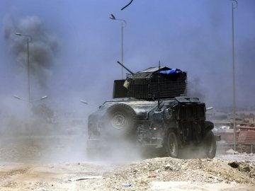 Un vehículo militar de las fuerzas iraquíes avanza hacia el centro de Mosul, en el norte de Irak