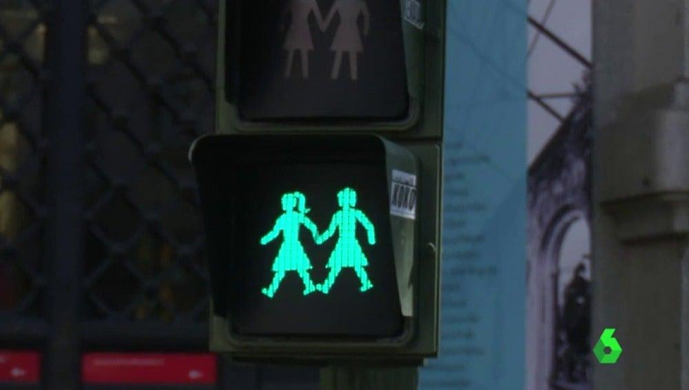 Frame 1.134279 de: Manuela Carmena instalará semáforos 'gay friendly' en Madrid durante el World Pride
