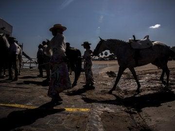 Las hermandades rocieras gaditanas inician su peregrinación a la aldea de El Rocío (Huelva)
