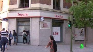 Una persona en un cajero de Banco Popular
