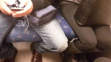 Algunos hombres tienden a sentarse con las piernas abiertas 'acorralando' al pasajero de al lado