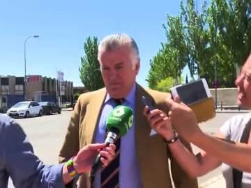 Luis Bárcenas hablando con los medios