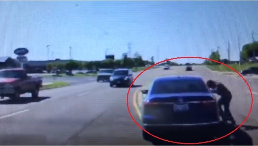 Un hombre salva la vida de un conductor colándose por la ventanilla del coche