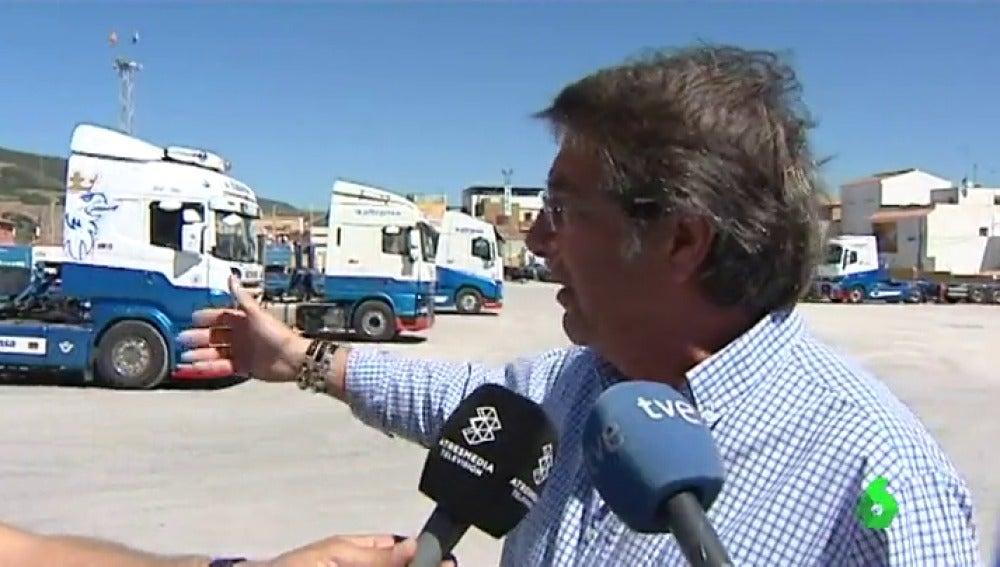 Un transportista hablando con los medios