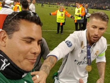 Un aficionado salta al césped y se fotografía con Ramos