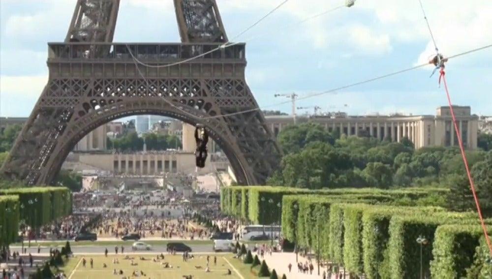Instalan una tirolina de 800 metros en la Torre Eiffel