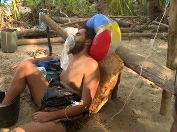 Juan es atendido por los médicos en La Isla