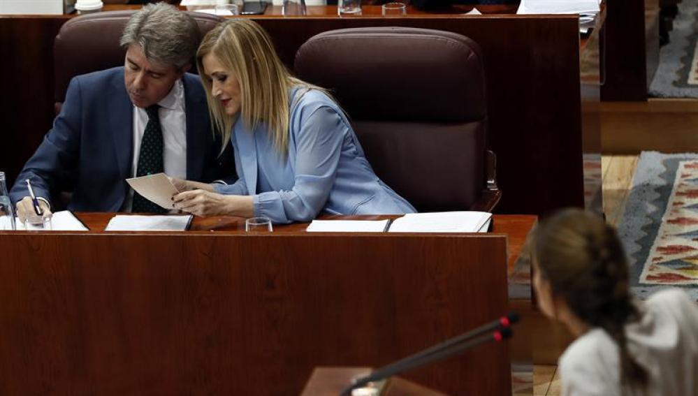 Cristina Cifuentes conversa con su portavoz y consejero de Presidencia y Justicia, Ángel Garrido