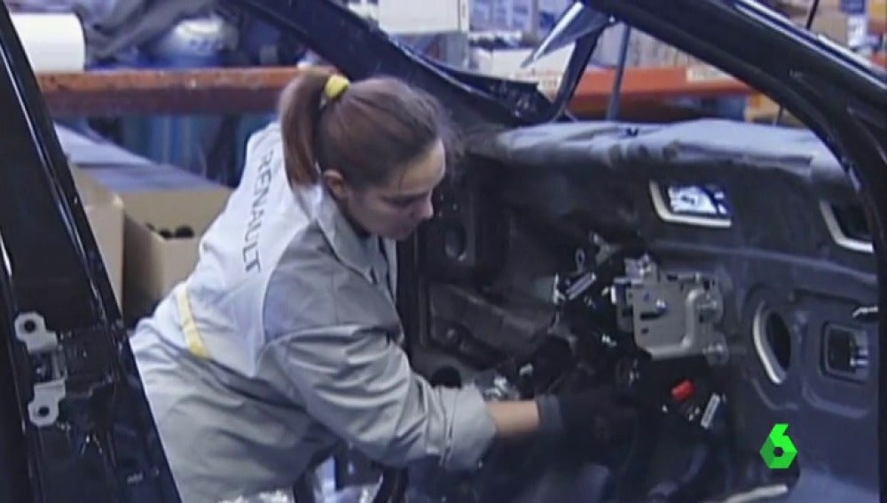 Una trabajadora en un taller de Renault
