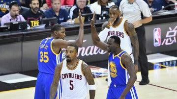 Kevin Durant y Draymond Green celebran una canasta ante LeBron James