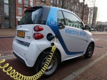 Los pros y contras de un coche eléctrico o de gasolina con los precios de luz y combustible al alza