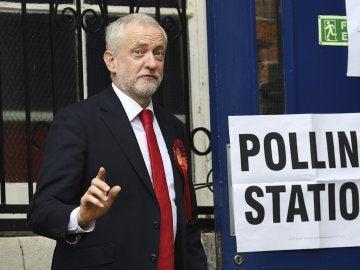 El líder laborista Jeremy Corbyn saluda antes de ejercer su derecho al voto