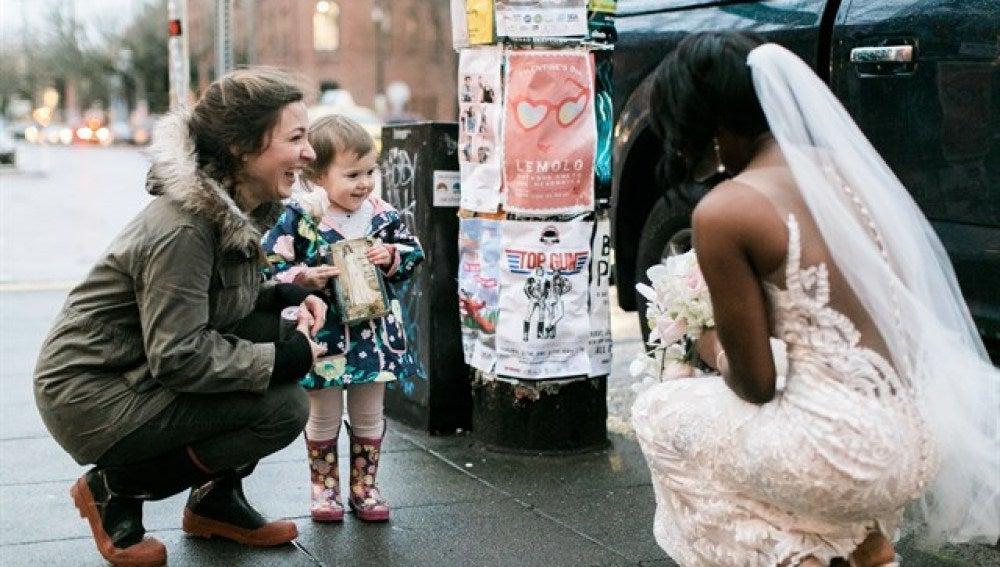 Niña confunde a novia con princesa