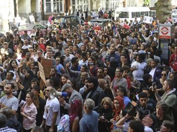 Protestas en Reino Unido frente al Ayuntamiento de Kensington