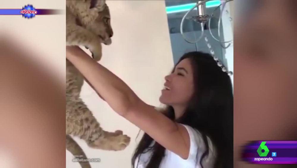 Una modelo recrea la escena de 'El rey león'