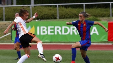 La jugadora del Barcelona Bárbara lucha el balón con Nicart, del Valencia