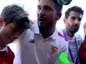 El entrenador del Sevilla, dando una arenga a sus jugadores