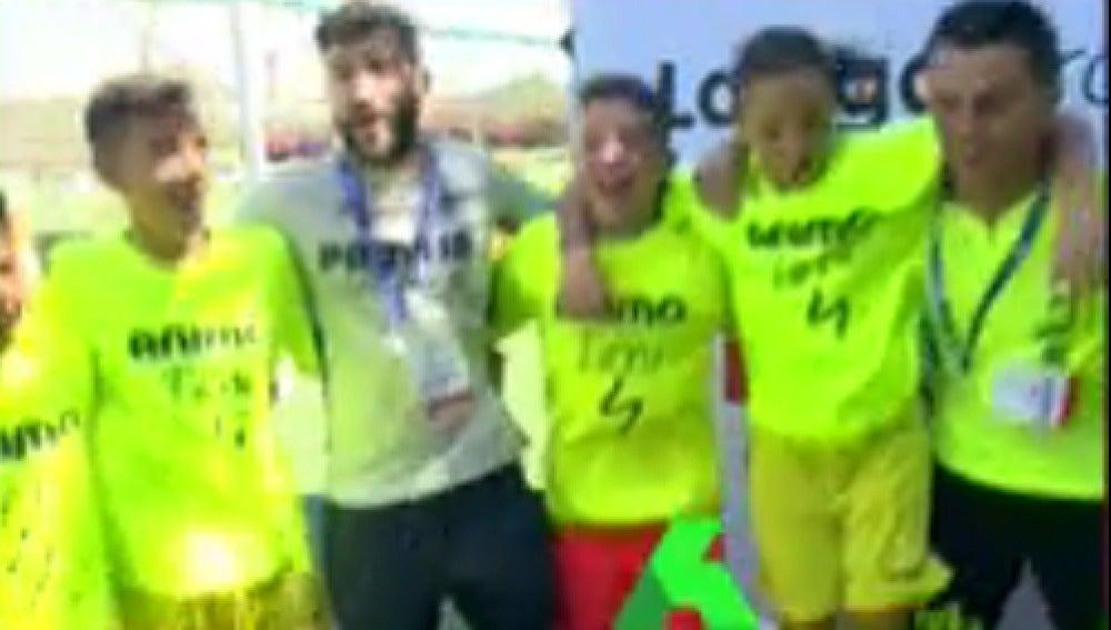 Los jugadores del Villarreal, cantando el submarino amarillo