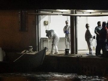 La Guardia Civil fotografía los cuerpos de los migrantes fallecidos que viajaban en una patera