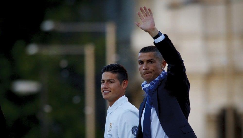 Cristiano Ronaldo saluda a la afición del Real Madrid en la fiesta de la Duodécima