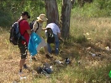 Voluntarios realizando la limpieza