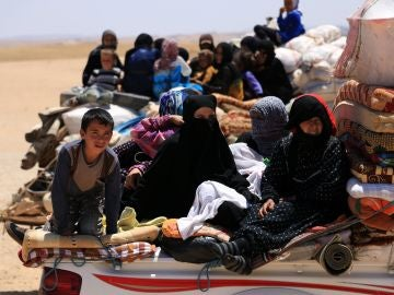 Vista de varias familias sirias mientras abandonan Raqqa